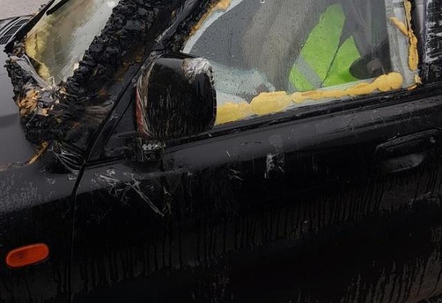 При помощи скотча и монтажной пены можно отремонтировать всё, что угодно (2 фото)