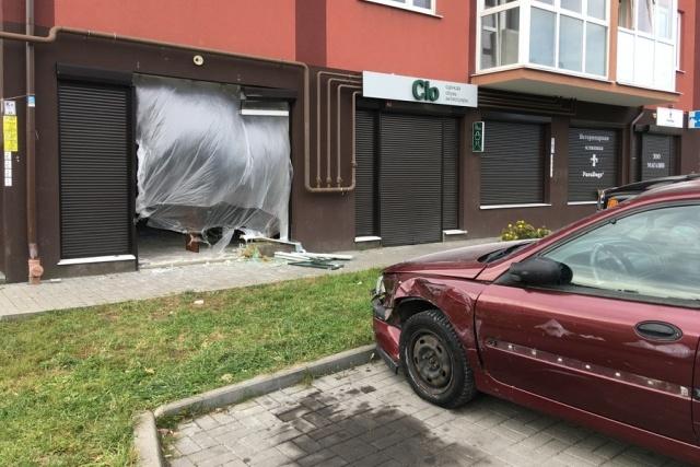 Автомобиль въехал прямо в детский учебный центр в Калининграде (5 фото)