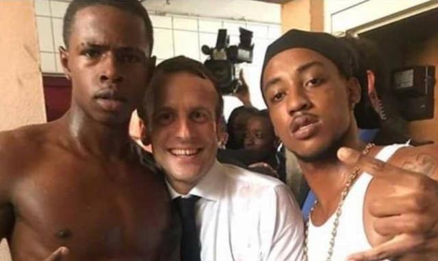 Фотографии президента Франции Эммануэля Макрона возмутили общественность (3 фото)