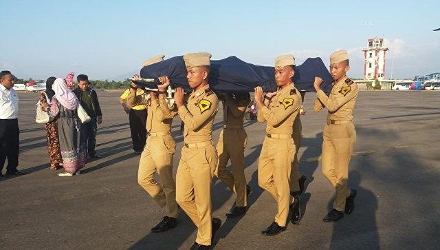 Авиадиспетчер в Индонезии спас жизни пассажиров авиалайнера ценой своей жизни (2 фото)