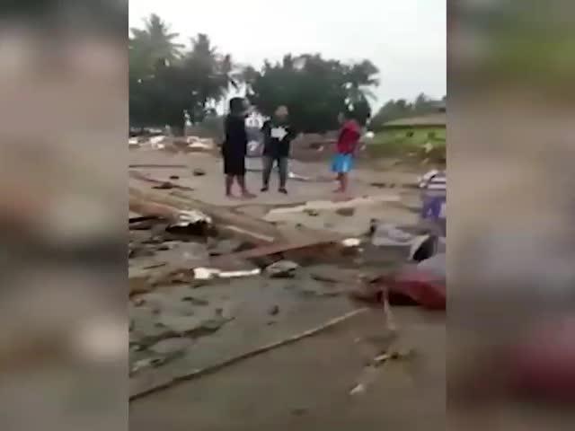 Ужасающие кадры цунами в Индонезии