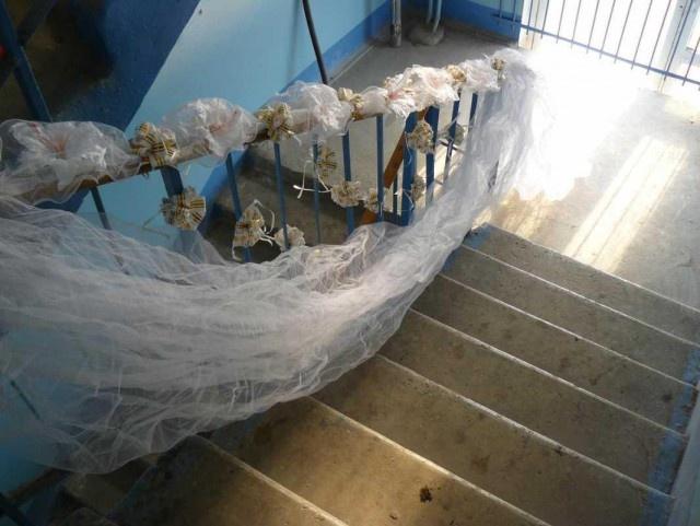 Создание торжественной свадебной атмосферы в обшарпанных подъездах (14 фото)