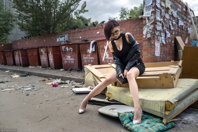 Фотограф из Челябинска удивил общественность фотосессией девушки на фоне мусора (10 фото)
