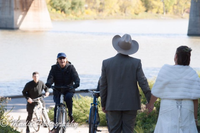 Свадебная фотография, которую испортил необычный велосипедист (3 фото)