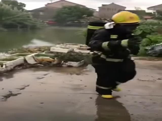 Смелый пожарный предотвратил взрыв