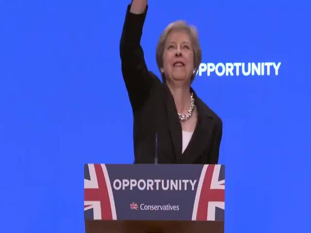 Британский премьер Тереза Мэй эффектно появилась на сцене