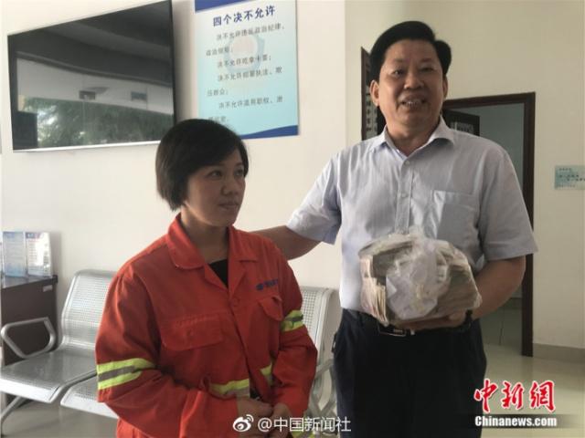 Уборщица нашла полный пакет денег, но вернула его владельцу (5 фото)