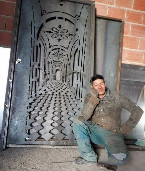 Дверь с оптической с иллюзией (2 фото)