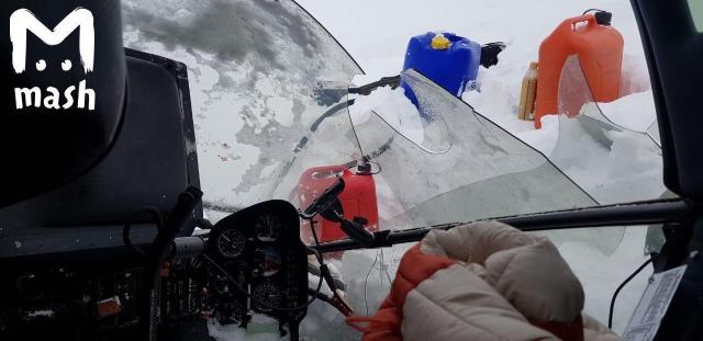 Пилот четыре дня жил в разбитом вертолете в горном ущелье (5 фото)