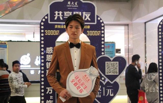 """Необычная услуга в китайских супермаркетах: """"Спутник напрокат"""" (3 фото)"""
