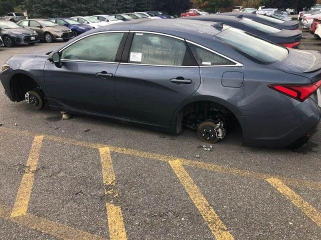 Воры сняли колеса с 12 автомобилей на парковке дилерского центра (12 фото)