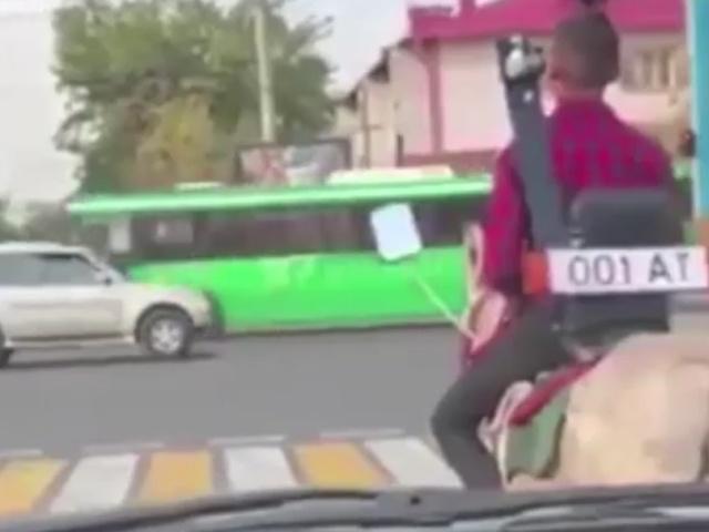 Необычное транспортное средство на дороге в городе