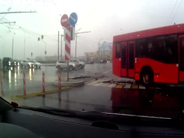 В Казани пассажирский автобус протаранил Audi