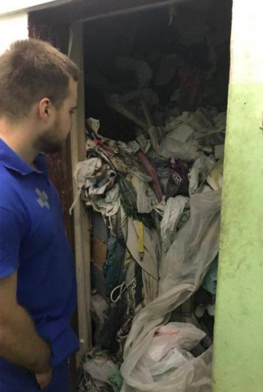 Жительница Москвы превратила свою квартиру в мусорную свалку (2 фото)
