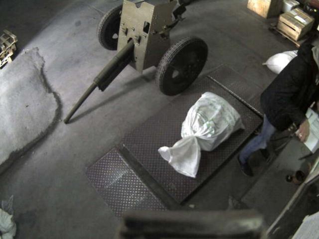Необычный груз в терминале транспортной компании (2 фото)