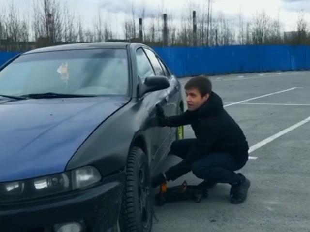 Как вскрыть машину при помощи обычного домкрата