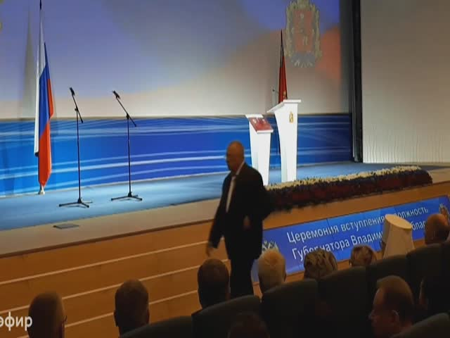 Владимир Жириновский споткнулся и упал на сцене