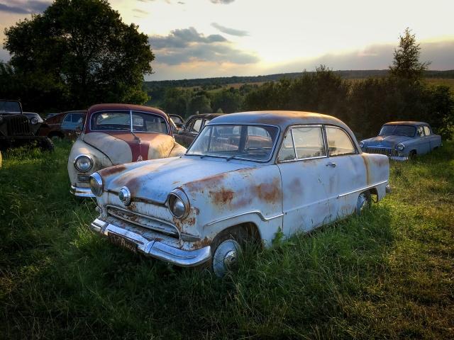 330 автомобилей-легенд доживают свой век под открытым небом (19 фото)