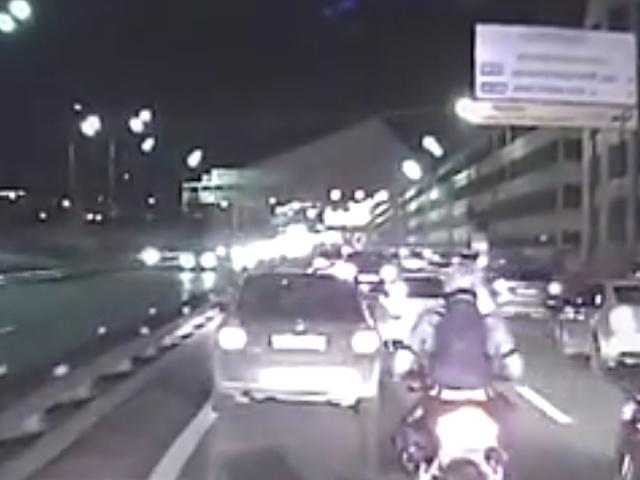 Мотоциклисты помогли убрать с дороги водителя, который не пропускал скорую помощь