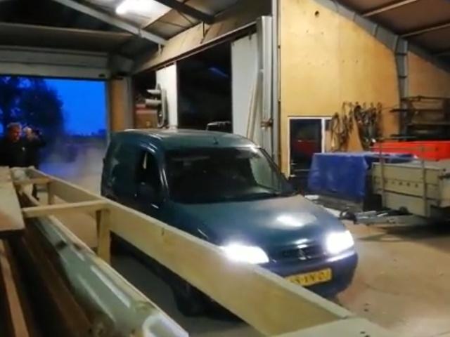 Демонтаж стены при помощи автомобиля