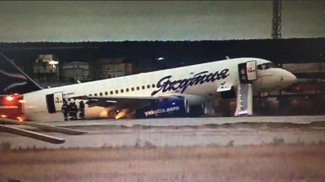 В Якутске авиалайнер выкатился за пределы полосы (3 фото + видео)