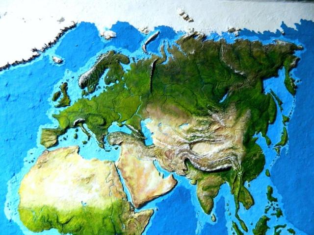 Объемная карта мира на стене старого гаража. Такого вы еще не видели! (15 фото)