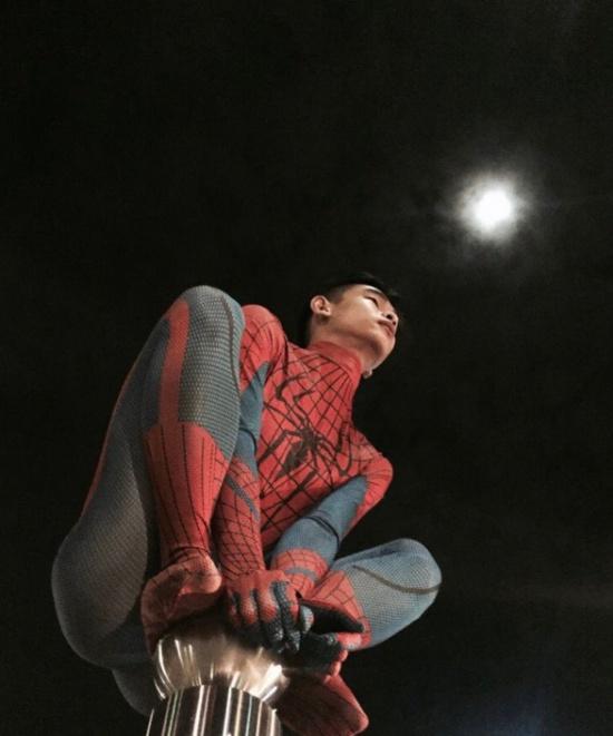 """За кадром: Человек-паук на """"вершине мира"""" (2 фото)"""