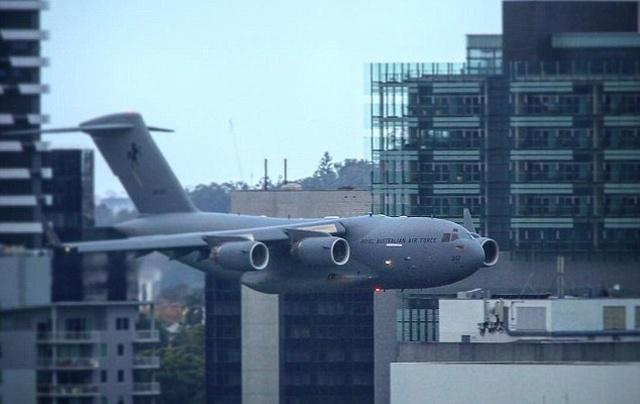 Военный самолет пролетел между небоскребами в Брисбене (фото + видео)