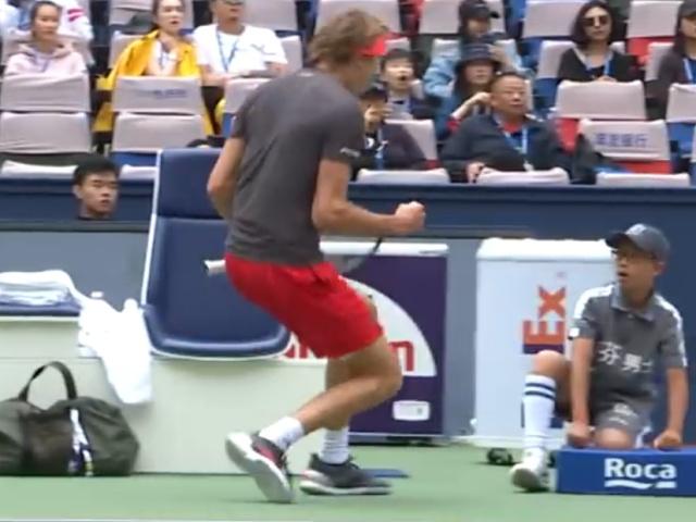 Теннисист Александр Зверев на радостях перепугал болбоя