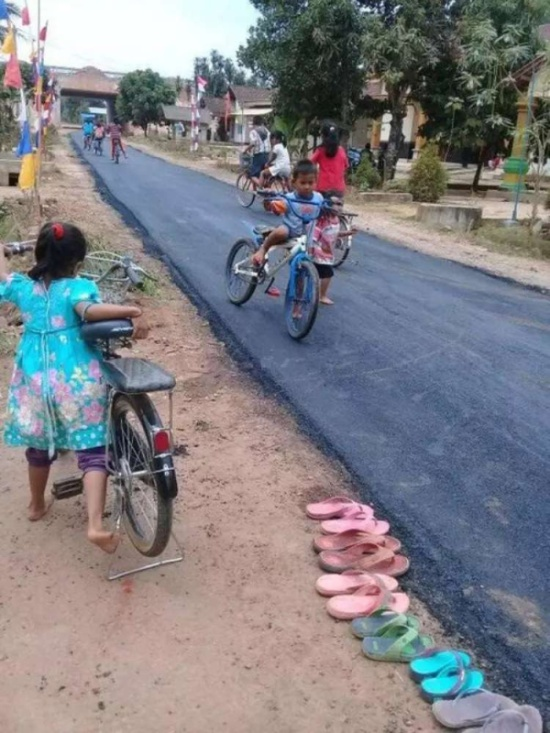 В индонезийской деревне впервые заасфальтировали дорогу (3 фото)