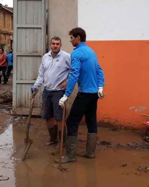 Теннисист Рафаэль Надаль присоединился к волонтерам для ликвидации последствий наводнения на Майорке (7 фото)