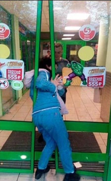 Ограбление супермаркета пошло не по плану (2 фото)