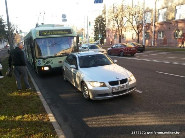 """Водитель BMW решил """"наказать"""" водителя троллейбуса (2 фото)"""