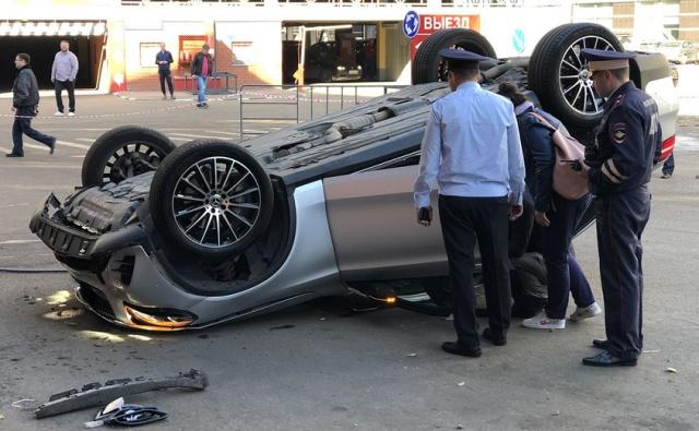 В Москве со второго этажа парковки упал Mercedes (4 фото + видео)