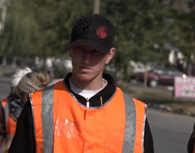 Чеченец, оскорбивший парня в автобусе, приступил к уборке улиц в Грозном (5 фото)
