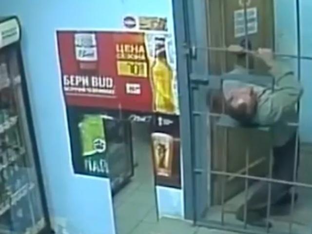 Решетка - не помеха при ограблении магазина