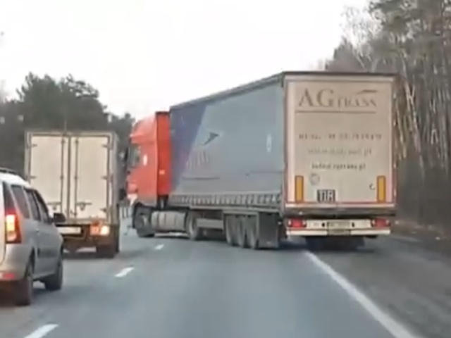 Неадекватный водитель фуры устроил представление на трассе