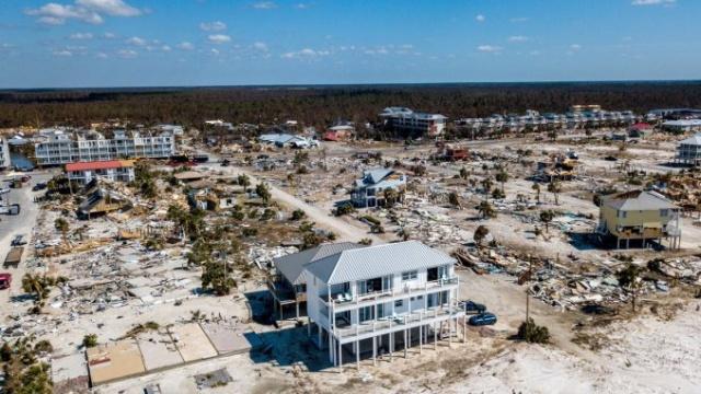"""""""Песчаный дворец"""", который устоял во время урагана """"Майкл"""" (5 фото)"""