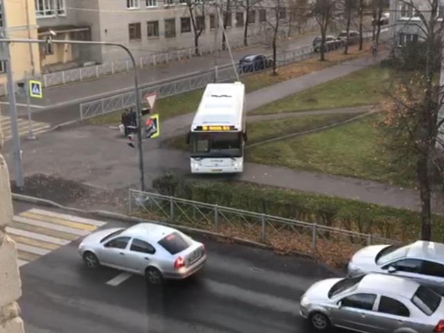 Водитель автобуса решил объехать пробку по тротуару