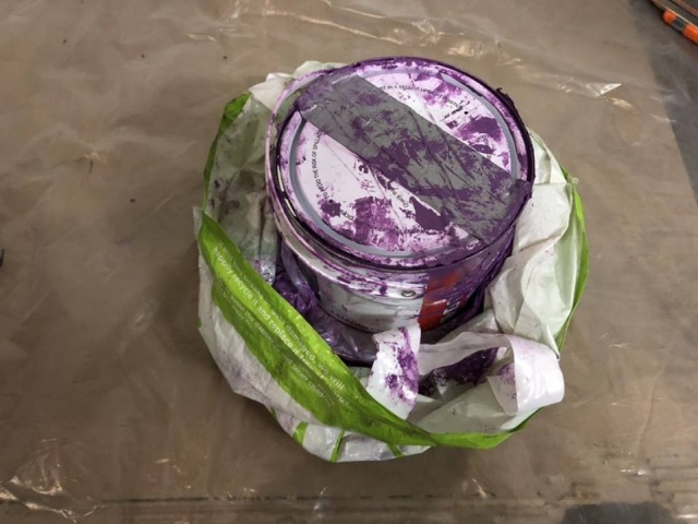 Во Львове таможенники нашли золотые слитки в банке с краской (7 фото)