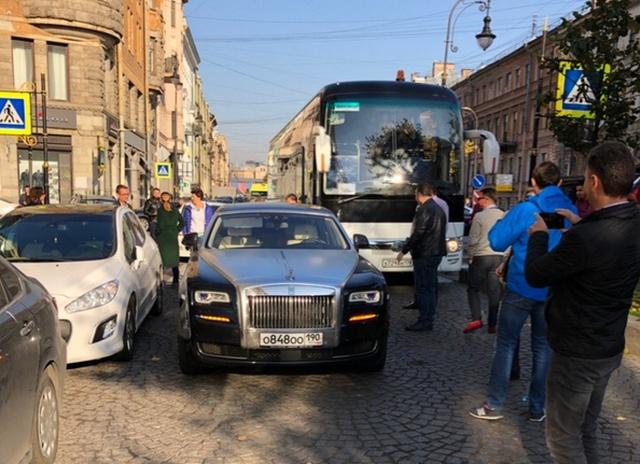 Пробка из-за припаркованного во втором ряду Rolls-Royce (2 фото)
