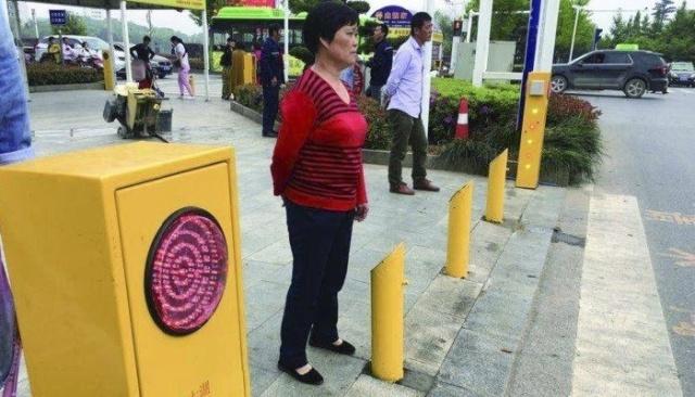 Китайские власти решили отучить пешеходов переходить дорогу на красный сигнал светофора (5 фото + видео)