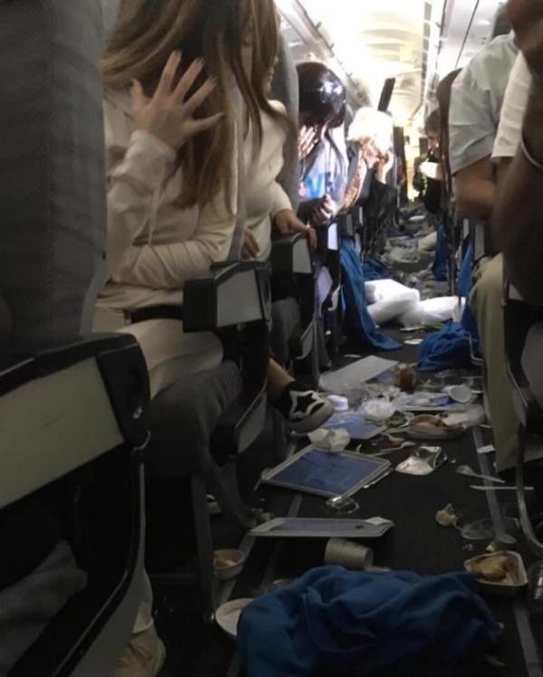 Как выглядит самолет после сильной турбулентности (4 фото)