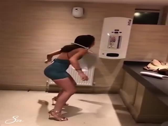 Фейлы пьяных девушек в туалете