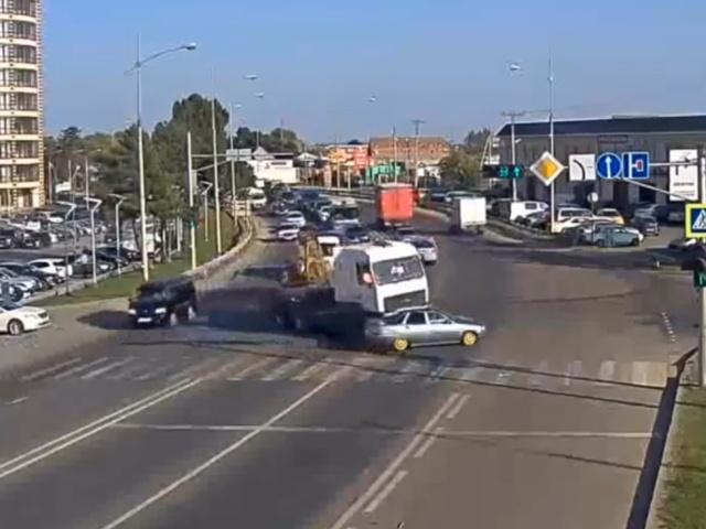 Будет ему теперь наука: грузовик не заметил маневр седана
