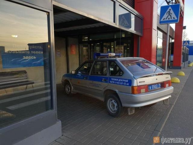 Нескромная парковка полицейского автомобиля у магазина (4 фото)