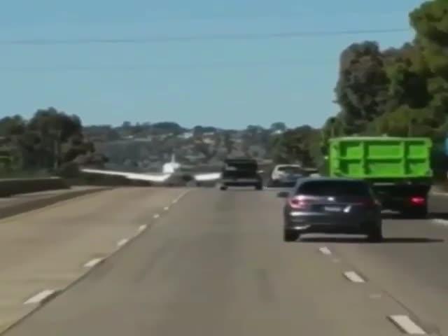 Пилот осуществил посадку на шоссе с неработающим двигателем
