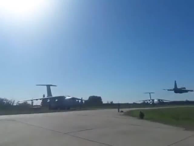 Опасный трюк: украинские штурмовики Су-25 пролетели очень низко над авиабазой