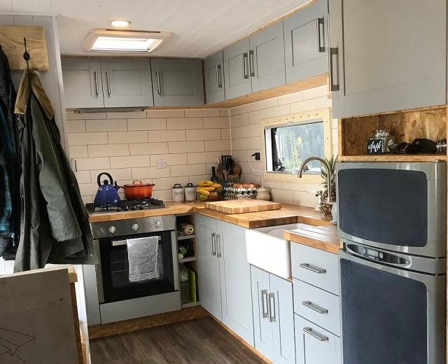 Британская семья обустроила для себя необычное жилье (12 фото)