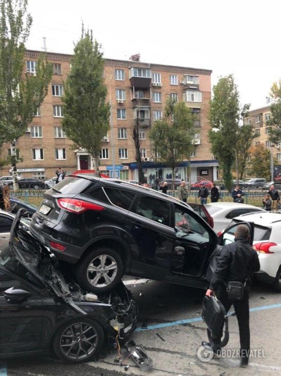 В центре Киева автокран КамАЗ без тормозов протаранил 20 автомобилей (10 фото + 2 видео)